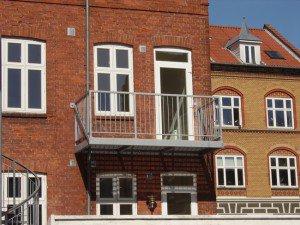 936. Lille altan med lodrette balustre på byhus Kolding