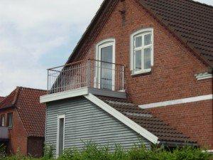 939. Lille altan med lodrette balustre på byhus. Hårdt træs håndliste.