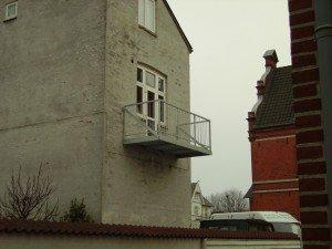 940. Lille altan uden understøtning med lodrette balustre