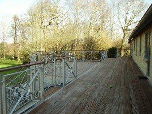 959A. Stor altan med buet stykke / terasse med trappe - Værn / gelænder: ramme med kryds og ring. Håndliste i træ