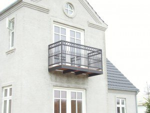 961. Altan - Værn / gelænder: lodrette balustre med ringe foroven. Sort malet.