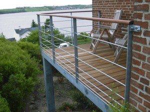 979. Altan - Værn / gelænder: rustfri wire. Håndliste i træ