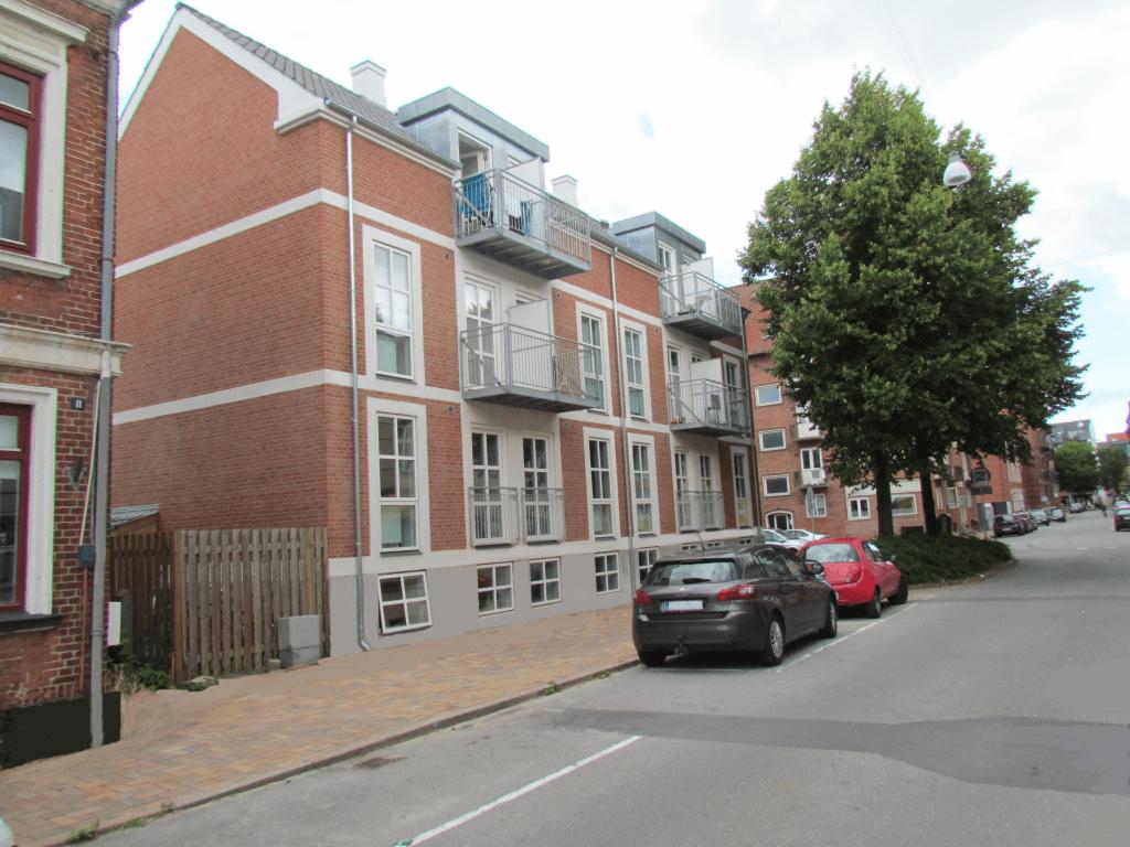 Små frithængende altaner monteret mod gaden. Såvel længde som dybde er begrænset af hensyn til dagslyset til lejligheder under