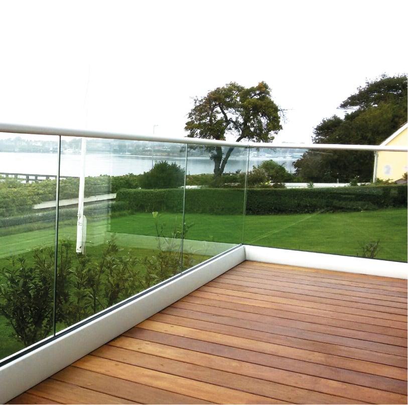 Terrasse med fritstående glas