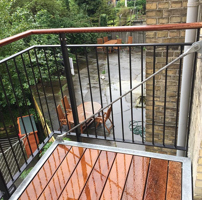Frithængende altan med Duplex lakeret stålværn