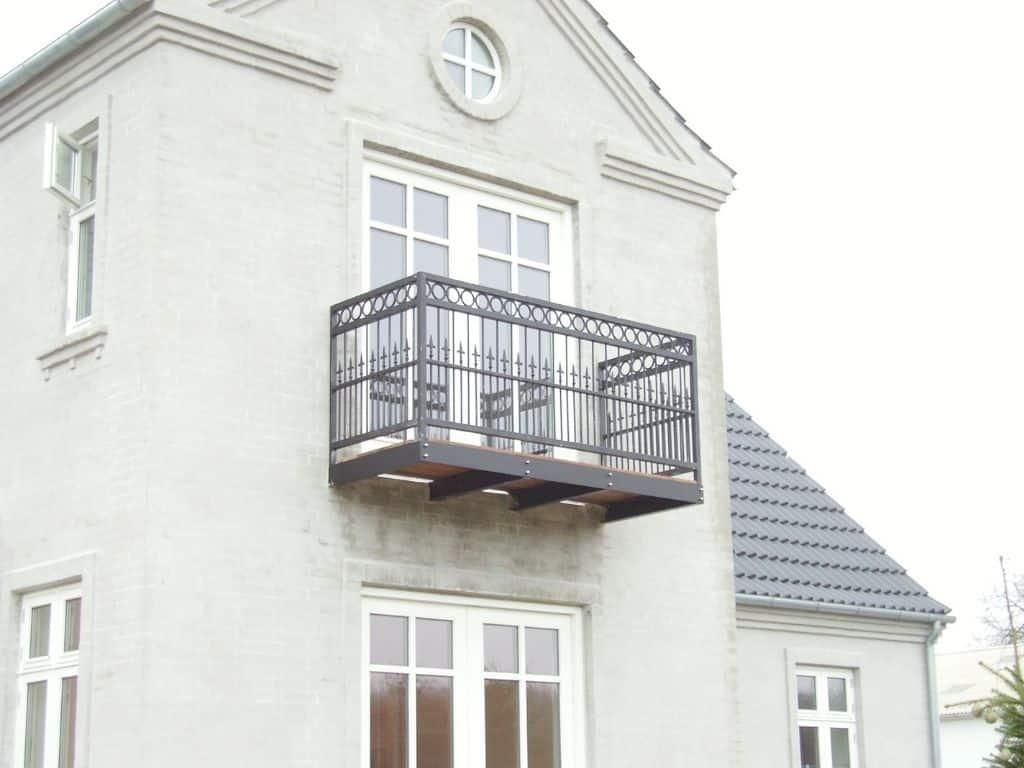 Frithængende altan med smukt smedejernsværn, Duplex lakeret