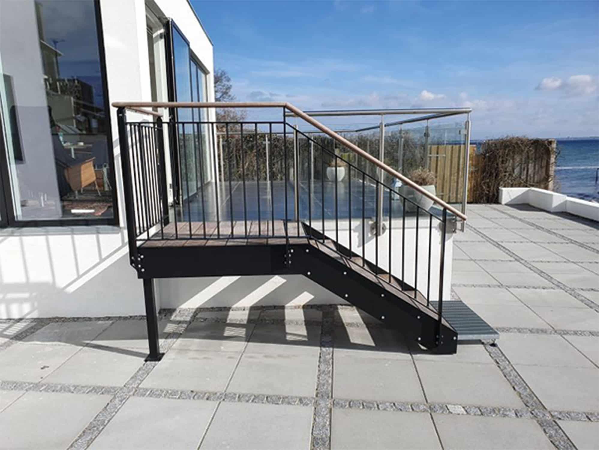 Lille ståltrappe til hævet terrasse