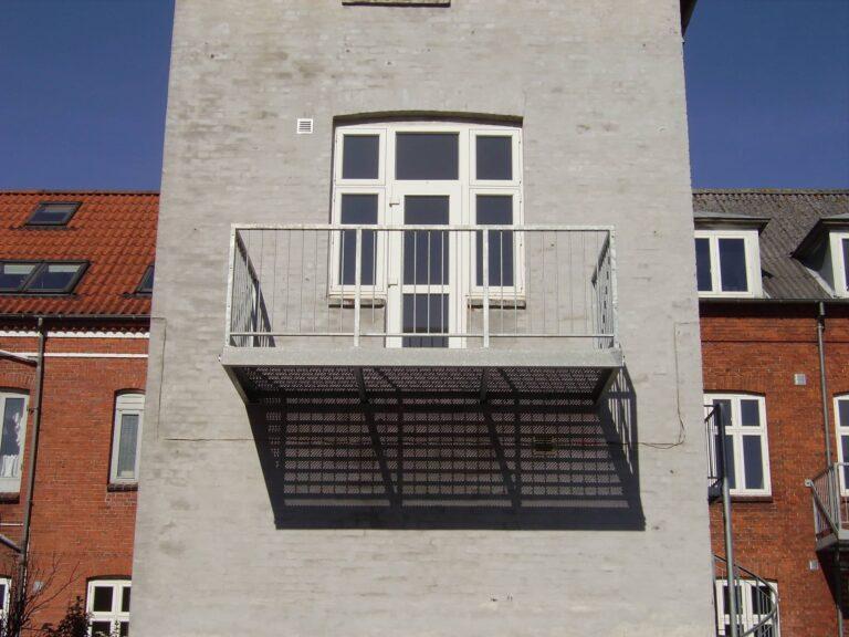 Lille altan med enkelt værn helt i galvaniseret stål