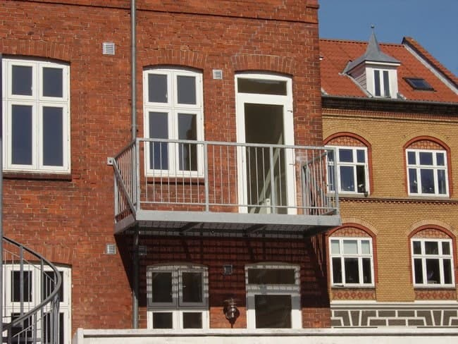 Lille altan med lodrette balustre på byhus Kolding