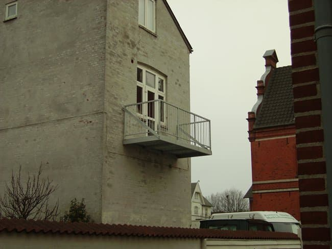 Lille altan uden understøtning med lodrette balustre