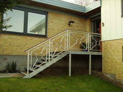 587. Udvendig trappe for hoveddør med stort rapo