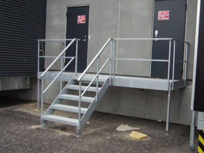 597. Værn og trappe ved indgang til lager bygning
