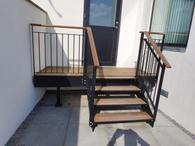 Sortlakeret trappe med træ