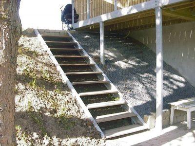 Trappe for nedgang på skråning uden værn gelænder