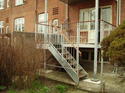Trappe fra altan på byejendom